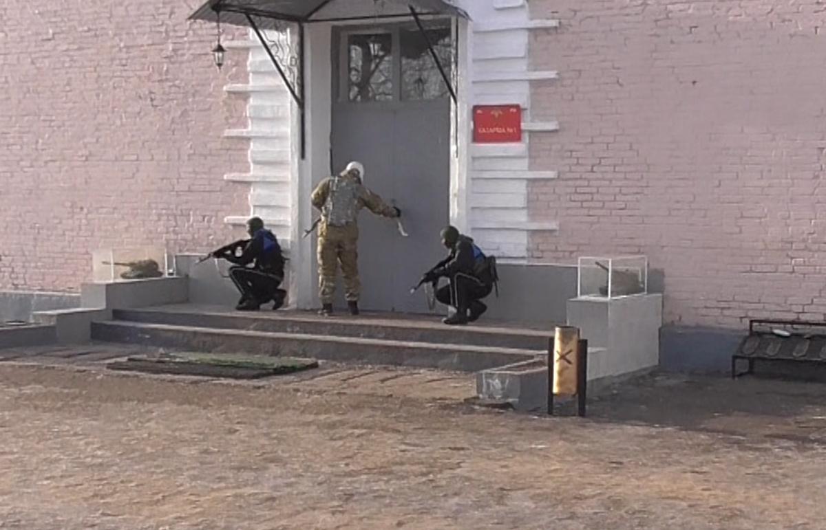 Ликвидацию условной террористической атаки на воинскую часть отработали в Володарском районе - фото 1