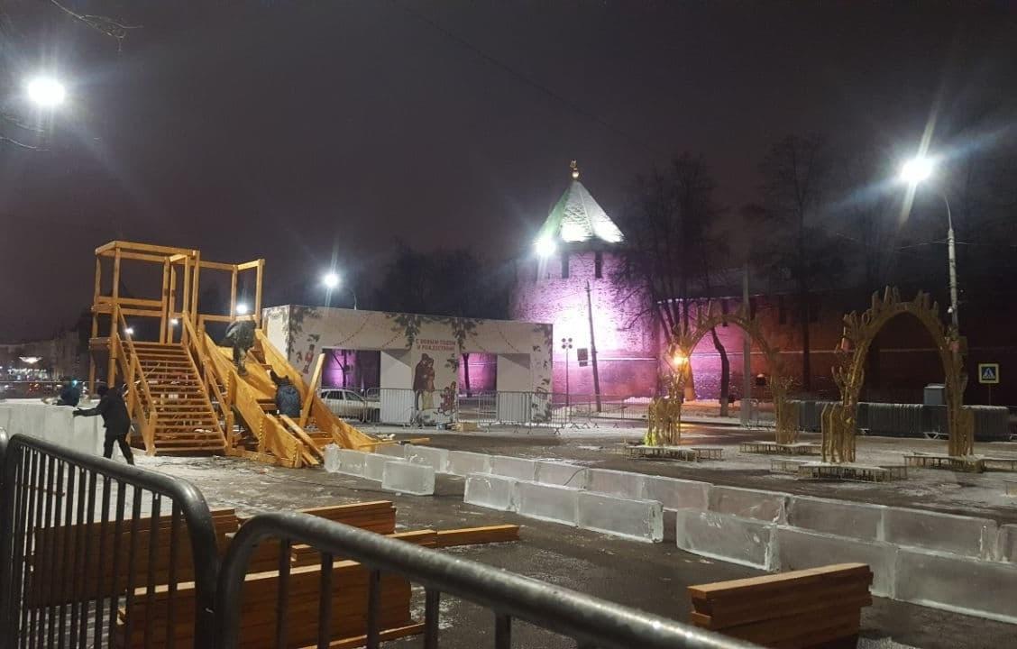 Ледяные горки строятся на площади Минина и Пожарского в Нижнем Новгороде - фото 1