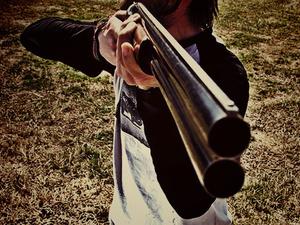 Мужчина выстрелил в человека во время охоты на Бору