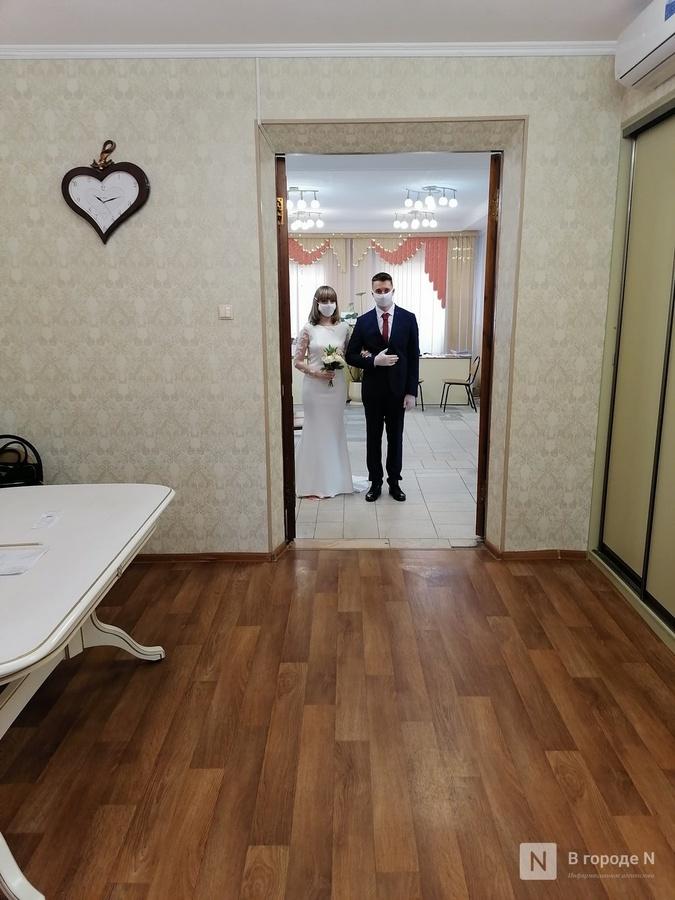 Кольцо на перчатку и никаких поцелуев: как проходят нижегородские свадьбы в пандемию - фото 5