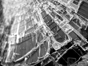 «Мазда» въехала в бетонный отбойник на Мызинском мосту