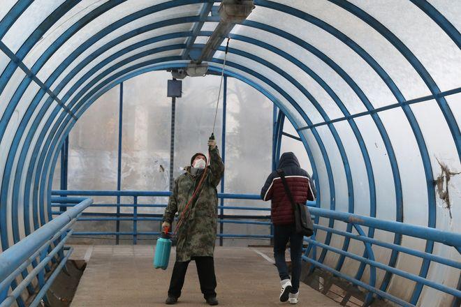 Плановая дезинфекция надземного пешеходного перехода проводится в Советском районе - фото 3
