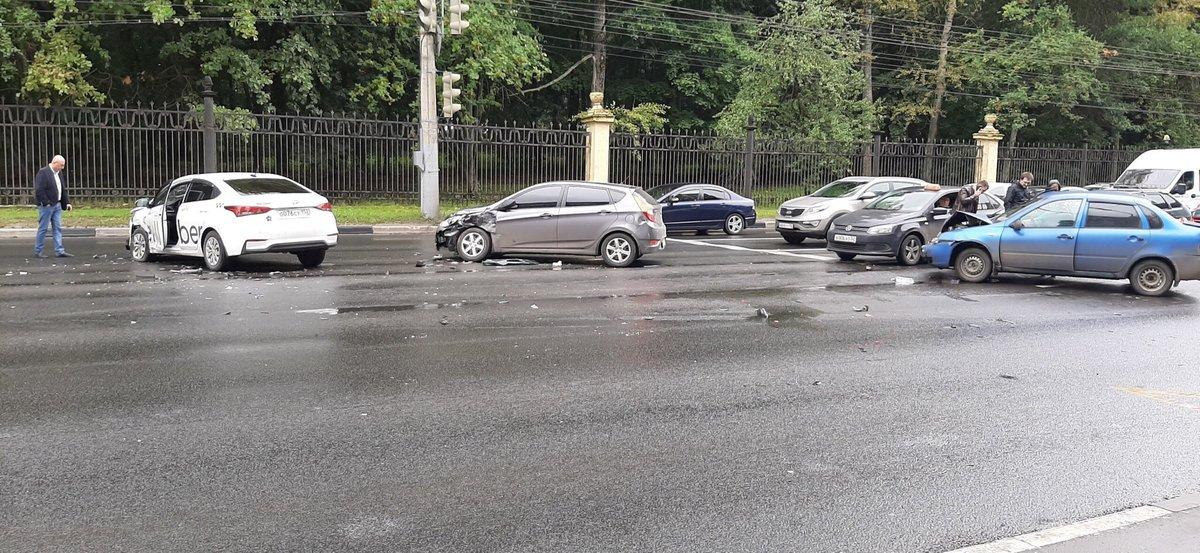 ДТП с участием трех автомобилей перекрыло движение на проспекте Гагарина - фото 1