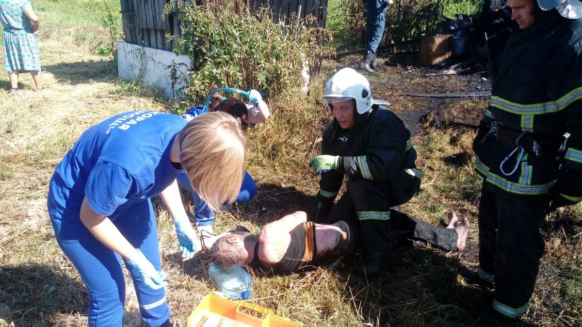 Сотрудники МЧС спасли из горящей бани жителя Семенова - фото 1