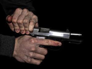 Опоздавший на день рождения нижегородец выстрелил приятелю в шею