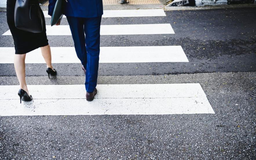 Должен ли пешеход уступать поворачивающей на перекрестке машине - фото 1