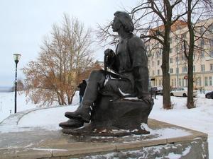 Памятник Горькому на набережной Федоровского некому ремонтировать