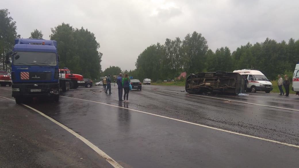 Один человек погиб и трое пострадали при столкновении «ГАЗели» с грузовиком под Вачей - фото 1