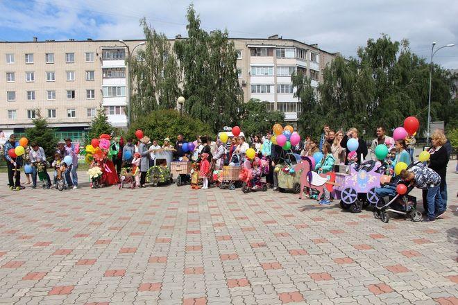 Бэтмены и принцессы стали участниками парада колясок на Бору - фото 6