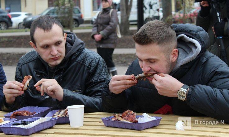 Чемпионы по поеданию ребрышек съели порцию за три минуты в Чернопрудском сквере - фото 13